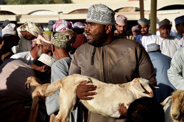 ein Verkäufer versucht sein Schaf los zu werden