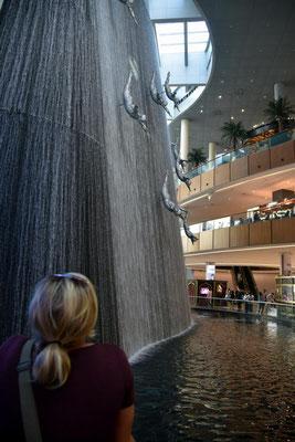 der Wasserfall in der Dubai Mall