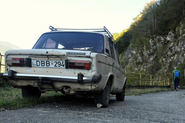 typisches georgisches Auto - man beachte den untergelegten Stein