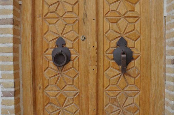 traditionelle Tür: die Frauen benutzen den linken, die Männer den rechten Türklopfer