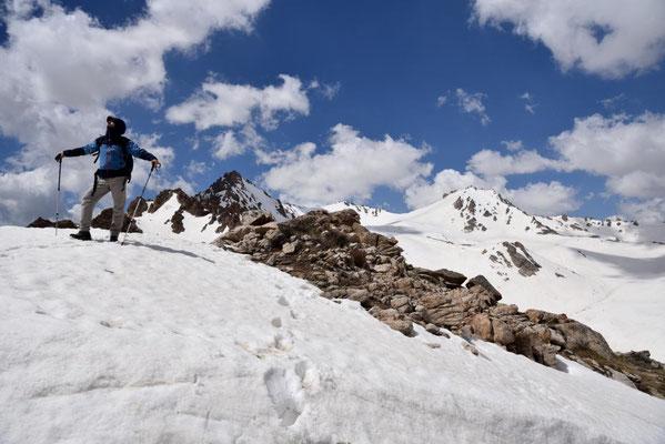 Abstieg über ein Schneefeld