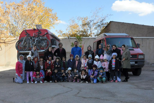 die Kindergartengruppe im Hinterhof des Akhavan Hotels in kerman