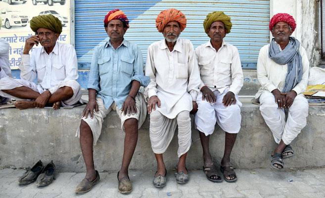 Männer in einem Dorf