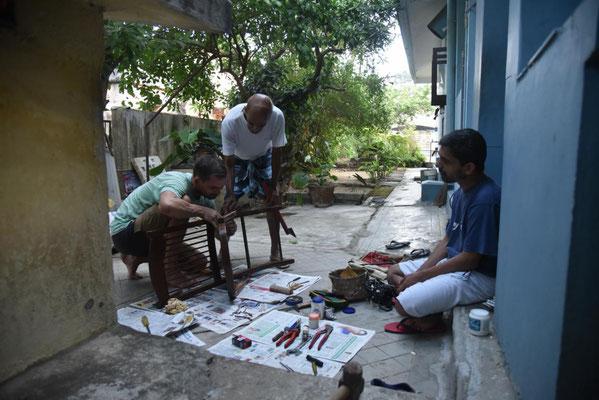 Janus revanchiert sich und repariert einen Stuhl