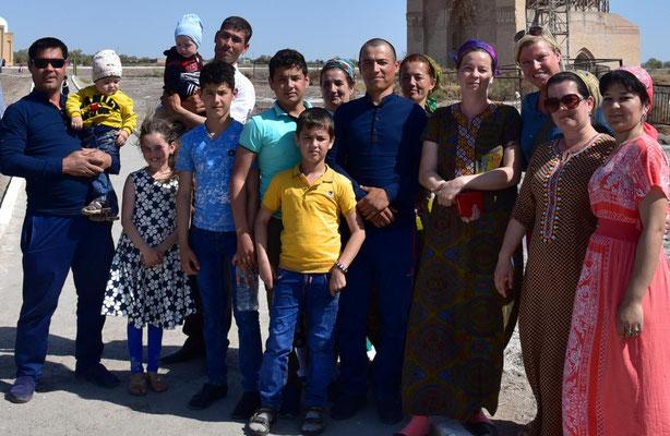 Ursel mit turkmenischer Großfamilie (je weiter man weg von Asgabat kommt desto freundlicher und offener werden die Menschen)