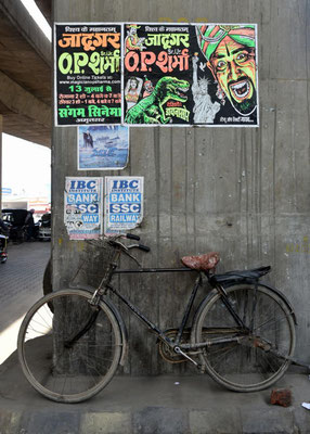 indisches Fahrrad mit Bollywood-Plakaten