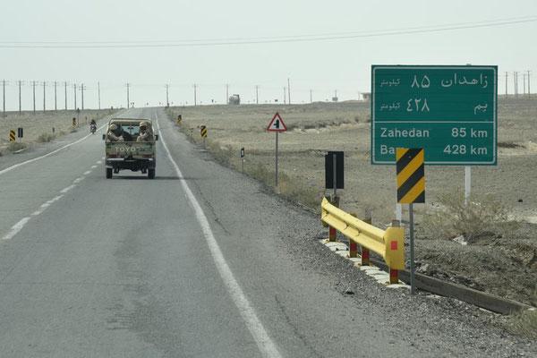 auf dem Weg nach Zahedan folgen wir unserer Eskorte