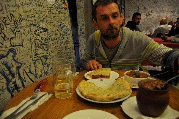 Bohneneintopf, Rindfleisch und gefülltes Brot