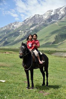 8 und 9 Jahre waren die Mädels alt und hatten null Schiss vor dem Pferd