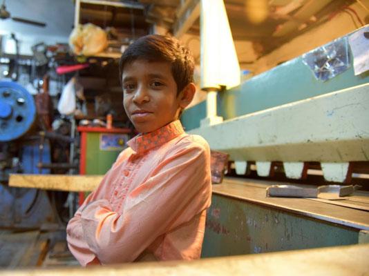 Junge in der Werkstatt