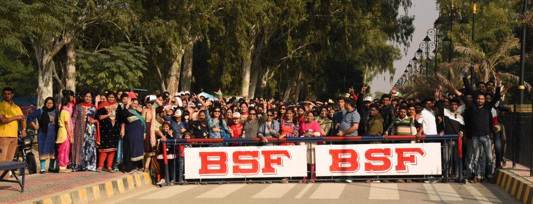 erster Vorgeschmack auf das bevölkerungsreichste Land - Menschen warten an der Grenze