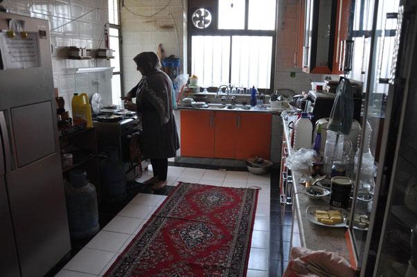 in der Küche bei der iranischen Familie