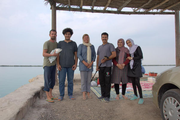 wir mit der iranischen Familie und ihrem bzw. unserem Fisch