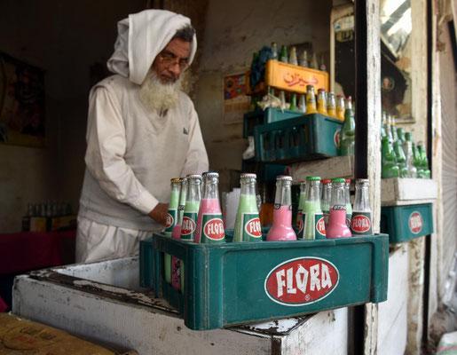 Flora - ein Gebräu aus Joghurt, Soda-Wasser, Rosenwasser und Farbstoff.... fürchterlich unnatürlich
