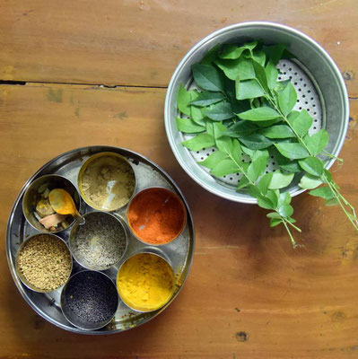 die typische indische Gewürzdose & Blätter des Currybaums (ja den gibt es wirklich)