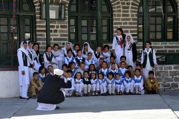 Mädchenschulklasse in Passu beim Klassenfoto