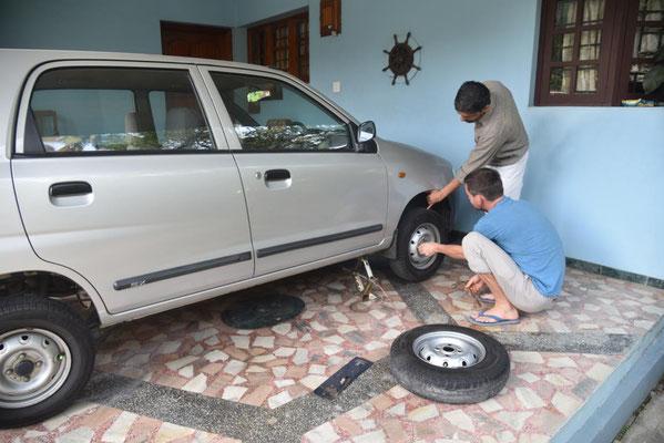 und noch was zu reparieren: Ashok hat nen Platten