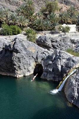 Sprung ins Wasser im Wadi Arriyen