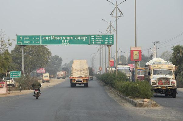 auf dem Weg Richtung Norden - Straßenschilder sind manchmal nur in Hindi ausgezeichnet