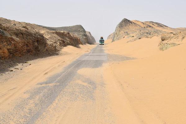 Sandverwehungen auf dem Weg zur Grenze