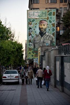 typisches Straßenbild in Teheran - Kriegsveteranen aus dem Iran / Irak Krieg werden verehrt