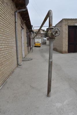 Gasleitung mitten auf der Straße - warum auch nicht ...