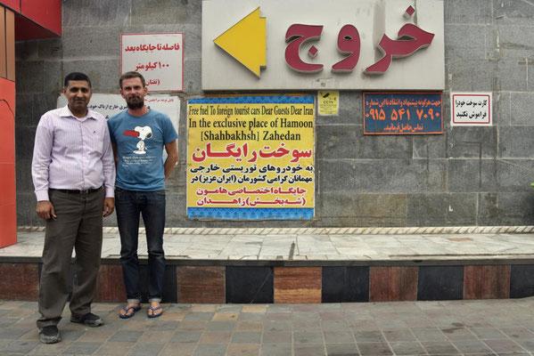 Hamid bringt uns zur Tanke, wo wir 110 Liter Diesel geschenkt bekommen (im Hintergrund das Schild: free fuel for foreign tourist cars)