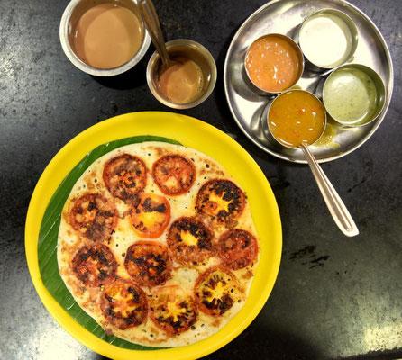 südindisches Frühstück: Tomato Uttapam (dicker Pfannkuchen aus Reis- und Linsenmehl - dazu gibts verschiedene Chutneys)