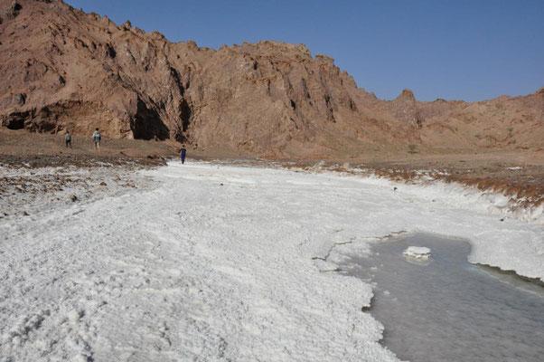 der Salzfluss zeigt uns den Weg zum Eingang der längsten Salzhöhle der Welt