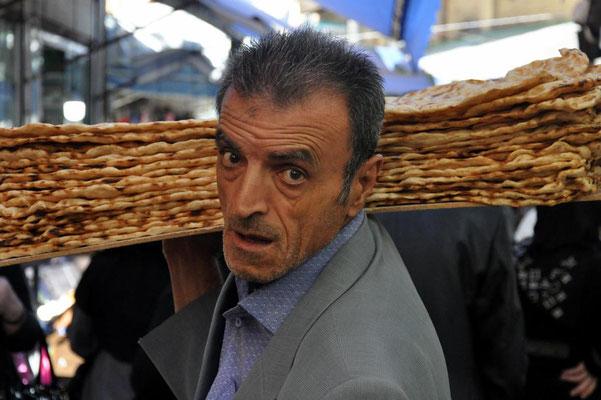 Brotverkäufer macht seine Runden auf dem Basar in Sanandaj