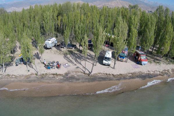 spontanes Overlander-Camp am Issyk Kul, Danke an Valentin für das Drohnenbild