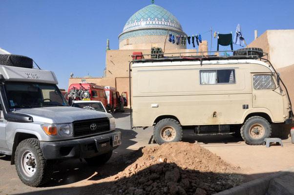 auf dem Parkplatz vorm Silk Road Hotel