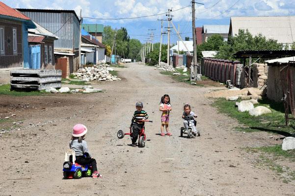 kirgisisches Dorfleben - hier wird noch auf der Straße gespielt