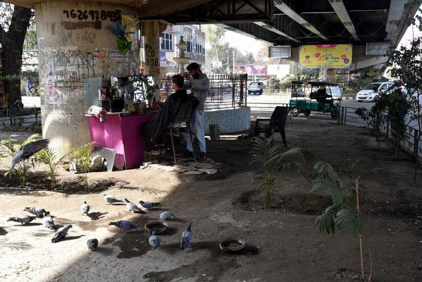 Janus beim Frisör unter der Brücke