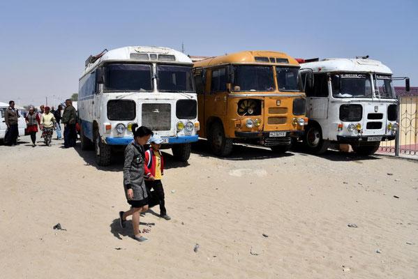 Busse im Städtchen Moynaq