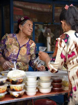 uigurische Verkäuferin auf dem Markt