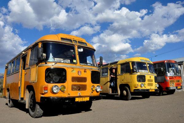 das ist kein Bus Friedhof - sondern der Busbahnhof - sie fahren also noch