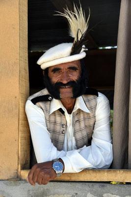 Mann mit traditionellem Hunza-Hut