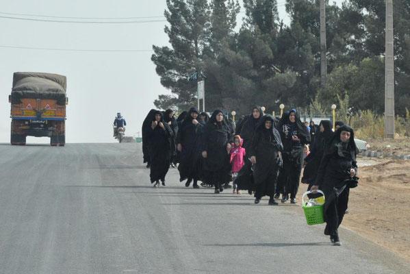 Frauen auf dem Rückweg von einer Beerdigung