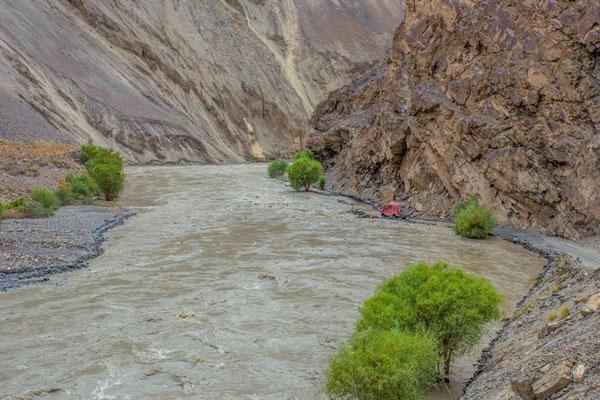 immer entlang des Flusses - oft durchs Wasser