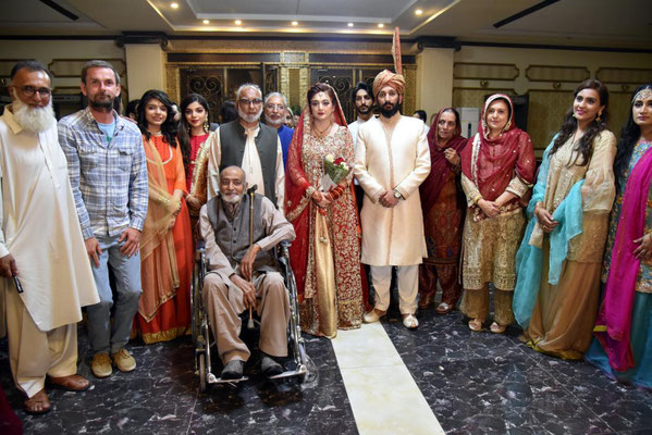 Gruppenfoto mit Brautpaar und Hanif Malik (im Rollstuhl)