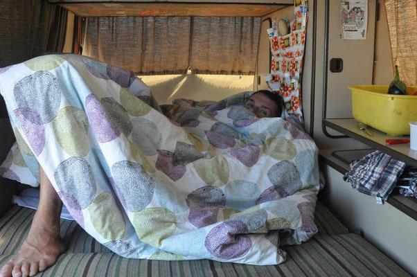 die Sitzbank kann umgeklappt werden und somit entsteht ein Bett (ein sehr enges - man muss sich also mögen)