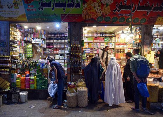 Einkaufen mit Burkafrauen
