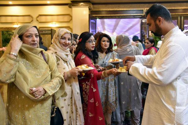 beim Einmarschieren gibt es für die Gäste eine süße Leckerei - hier Moqeems Sohn Shakeel