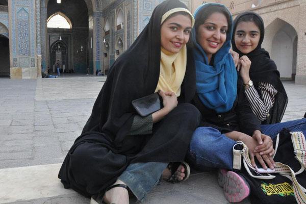 Maryam, Zachra und Azal - zwei Stunden beantworten sie unsere Fragen im besten englisch