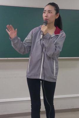 女子リポーター役を演じる女優加藤千尋