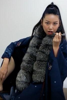 女優加藤千尋が早口でまくし立てる女を演じる
