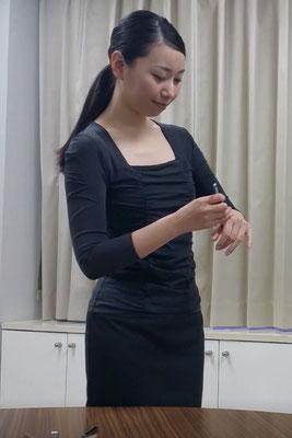 女優加藤千尋が美容部員役を演じる