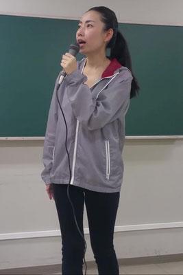 リポーター役を演じる女優加藤千尋の画像です