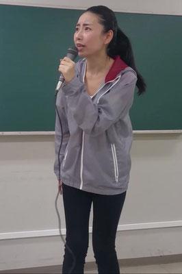 マラソンリポーター役を演じる女優加藤千尋の画像です